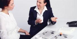 dve žene ragovaraju za stolom uz kafu