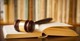 drveni sudski čekić sa knjigom