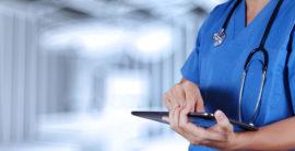 slika lekara koji koristi tablet za medicinske potrebe